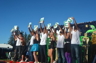 Sophomores cheer at the end of their Spirit Dance. [Photo: Cathy Rong]