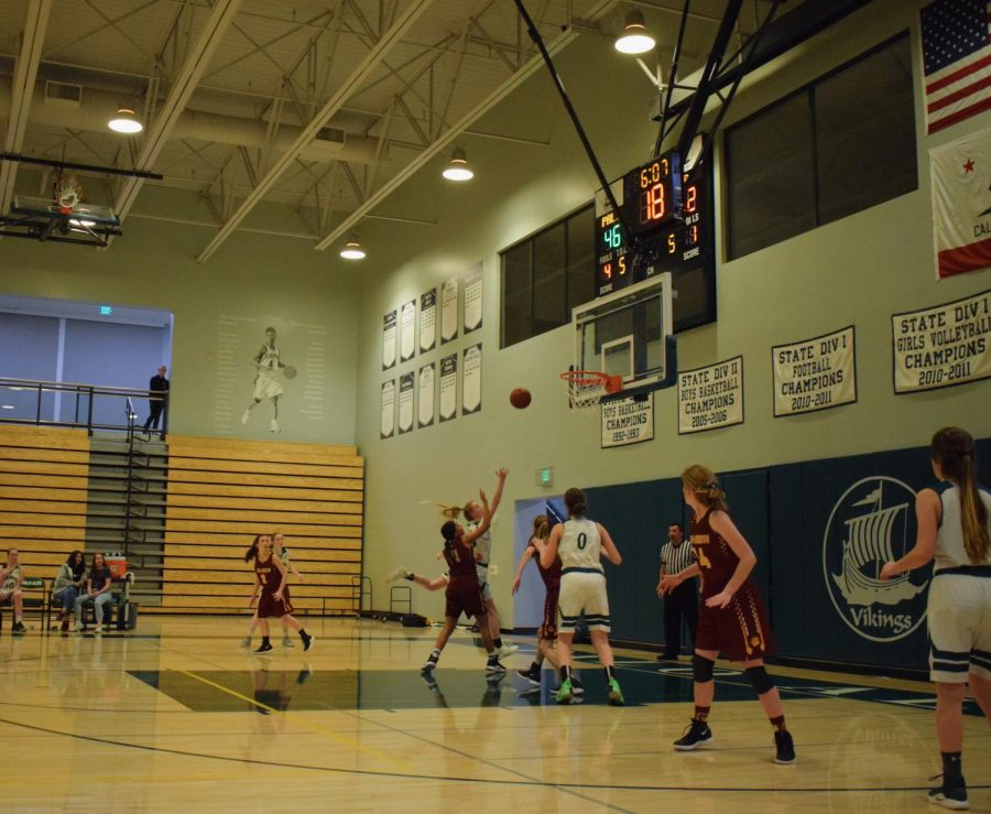 Senior+Ellie+Jeffries+goes+in+for+a+shot+during+the+Feb.+21+game+against+Menlo-Atherton%0APhoto%3A+Gracia+Hmelar