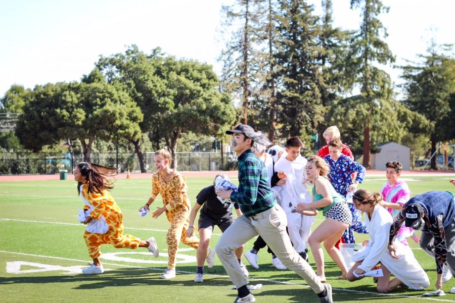 Freshmen+and+seniors+armed+with+socks+run+to+throw+them+during+Clean+Your+Room.+The+freshmen-senior+team+won+the+game%2C+earning+them+1%2C500+points.+Photo%3A+Margaret+Li